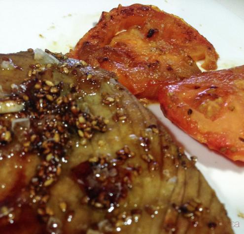 Atún marinado con salsa de soja y sésamo