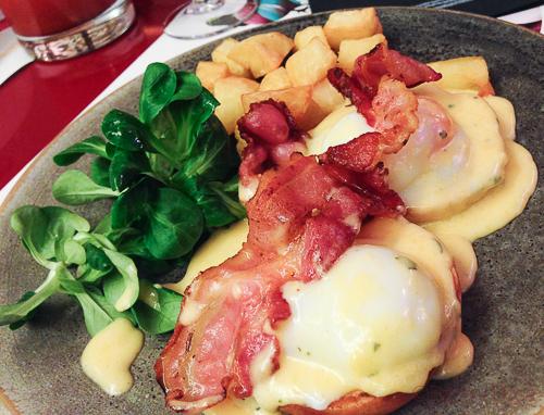 huevos benedictine con bacon bananas baco y boca