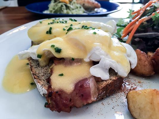 mostassa-huevos-benedictine-con-bacon