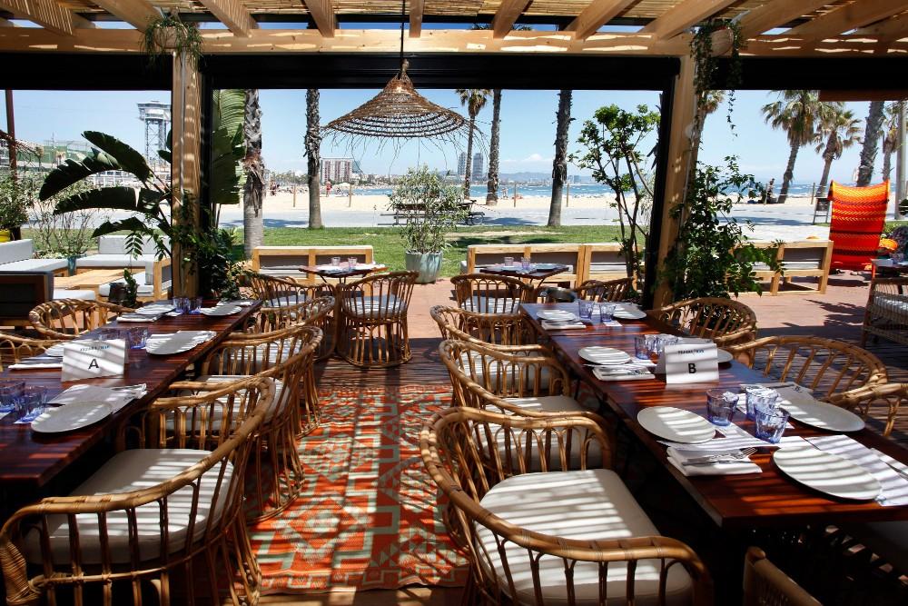 Vistas de la terraza del restaurante Tejada Mar desde su interior, con el mar a pocos metros.