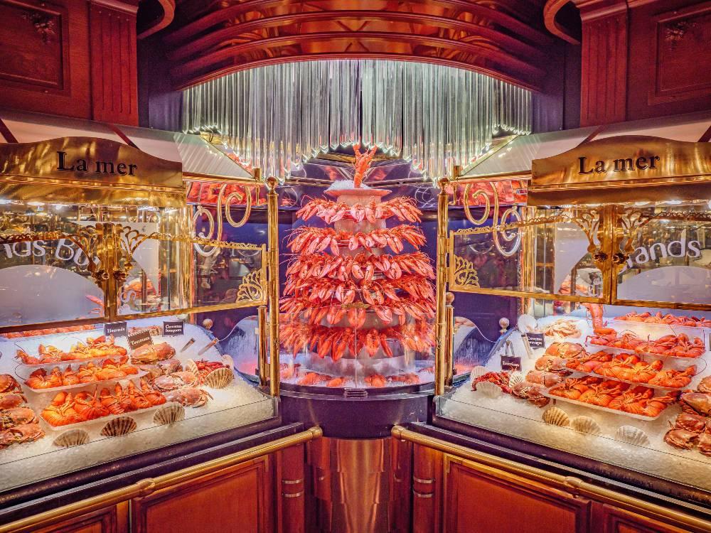 Cascada de langostas y otros mariscos en Les Grands Buffets.